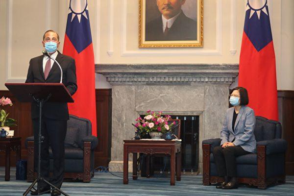 10일(현지 시각) 타이베이 총통부를 방문한 앨릭스 에이저 미 보건복지부 장관(왼쪽)이 대만 차이잉원 총통(오른쪽)이 지켜보는 가운데 연설하고 있다. | PEI CHEN/POOL/AFP via Getty Images