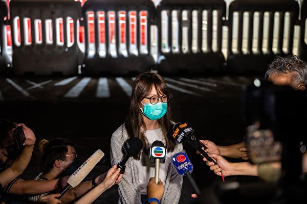 10일 체포됐다가 11일 오후 늦게 보석으로 석방된 홍콩 민주화 운동가 아그네스 차우가 경찰서 앞에서 기자들의 질문에 응하고 있다. | Billy H.C. Kwok/Getty Images