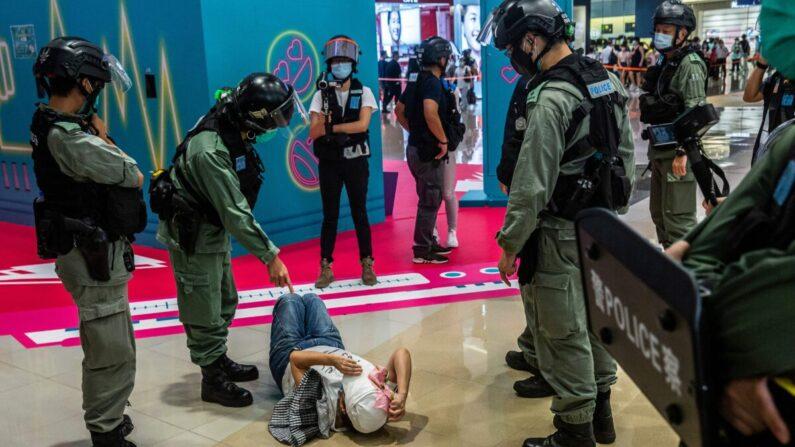 홍콩 국가안전법이 발효되고 7월 6일 홍콩의 한 쇼핑몰에서 금지 구호를 전시한 시위대가 홍콩 경찰에 체포되고 있다. |  IAAC Lawrence/AFP by Getty Images
