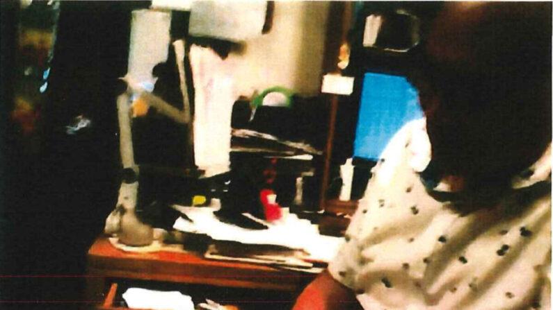 중국 스파이 혐의로 기소된 알렉산더 육청마(67)가 지난 8월 중국 정보요원으로 위장한 FBI 요원에게 받은 돈을 세고 있다. | FBI 제공