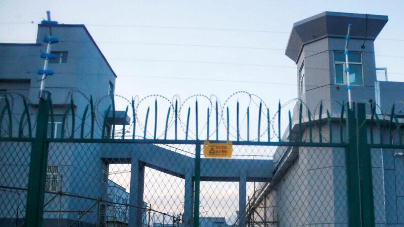 중국 신장위구르자치구의 '직업 교육센터' 주변에 철책이 설치됐다. 이 시설은 강제노역소로 알려졌다. 2018년9월4일 | 로이터=연합뉴스