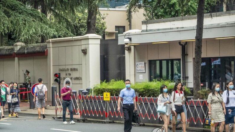 중국 쓰촨성 청두에 주재하는 미국 총영사관 앞으로 23일 행인들이 지나가고 있다. 중국은 24일 미국의 휴스턴 주재 자국 총영사관 폐쇄 조치에 맞서 청두 주재 미국 총영사관 폐쇄를 요구했다. | EPA=연합뉴스