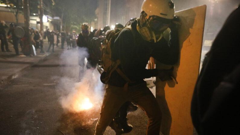지난 7월 28일 미국 오레건주 연방청사 앞에서 시위대가 경찰과 충돌하며 소요사태가 벌어졌다. | Spencer Platt/Getty Images)