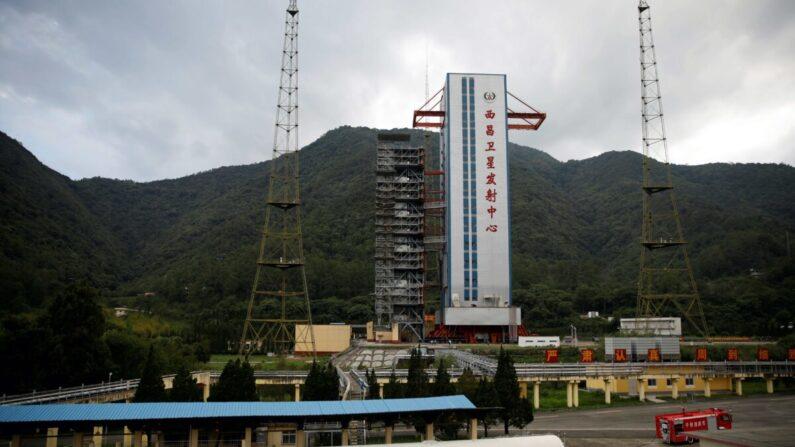 지난 6월 15일 중국 쓰촨성의 시창 위성발사기지에서 베이더우 위성항법시스템을 탑재한 창정 3호 로켓이 발사 준비 중이다.   로이터=연합뉴스