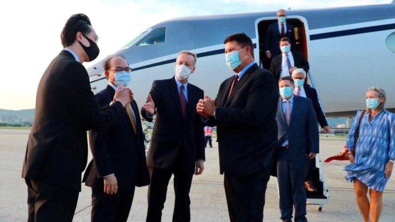 17일 오후 타이베이 공항 도착한 키스 크라크 차관(왼쪽에서 네번째) | EPA=연합뉴스