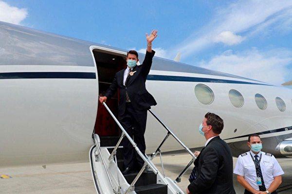 19일 2박 3일간의 대만 방문 일정을 마치고 귀국행 비행기에 탑승하는 키스 크라크 미 국무부 경제담당 차관   대만 외교부 제공