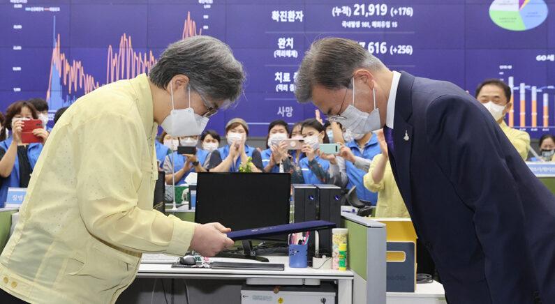 정은경 초대 질병관리청장에게 임명장 수여하는 문재인 대통령 | 연합뉴스