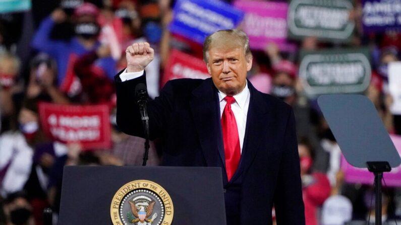 지난 9월 19일 대선 유세 중인 도널드 트럼프 미국 대통령이 오른 주먹을 들어 보이고 있다. | AP=연합뉴스
