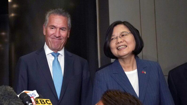 차이잉원 대만 총통(오른쪽)이 미국·타이완 상업협회(USTBC)와 타이완 대외무역발전협회(TAITRA)가 공동 주최로 2019년 7월 12일 뉴욕 미드타운에서 열린  타이완·미국 기업 대표자 회의에 입장하기 전 마이클 스플린터 USTBC 회장(왼쪽)과 기자들의 질문에 대답하고 있다. | IMOTHY A. CLARY/AFP via Getty Images