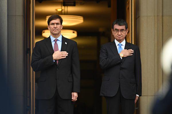 마크 에스퍼 미 국방장관(왼쪽)과 고노 다로 일 방위성 장관(오른쪽). 2020.1.14 | AFP=연합뉴스