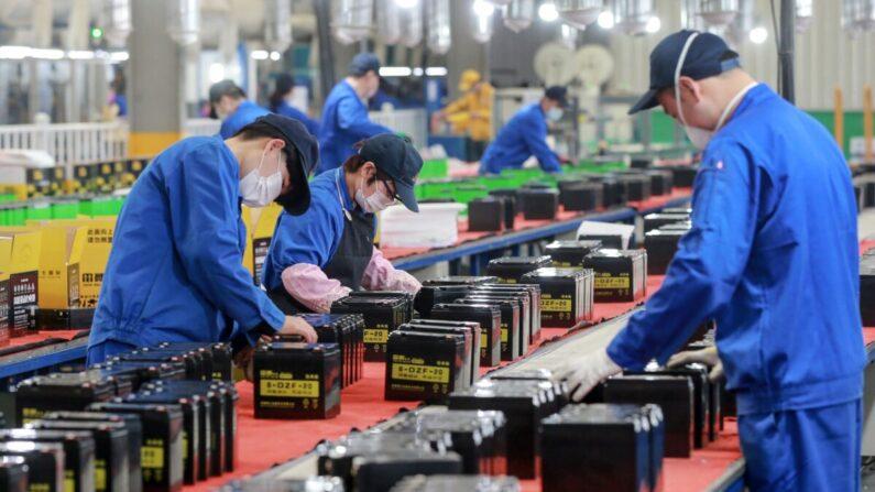 중국 동부 안후이성 화이베이의 한 공장에서 배터리 생산라인에서 일하는 직원들의 모습. 2020년 3월 30일 | STR/AFP via Getty Images
