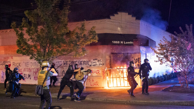 2020년 8월 29일 새벽 오리건 주 포틀랜드의 포틀랜드 경찰협회(PPA) 건물에 시위대가 불을 지르자 포틀랜드 경찰이 군중을 해산시켰다. 포틀랜드 경찰노조의 본부인 PPA는 포틀랜드에서 93일간 계속된 시위 기간 주된 표적이 돼 왔다. | Nathan Howard/Getty Images