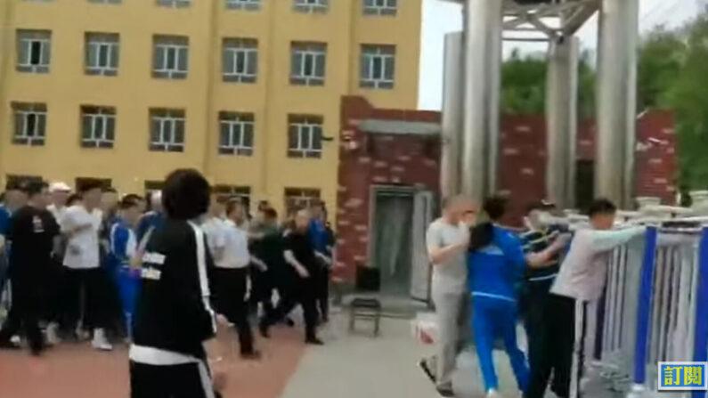 중국 공산당 교육당국과 학교 측의 중국어 수업에 반발해 학교를 탈출하는 몽골 민족학교 학생들   에포크타임스 제보 영상 캡처