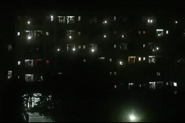 지난 20일 밤 11시 30분경 중국 중남부 산시성 시안시의 시안외대 기숙사 학생들이 단체로 '절규' 시위를 벌여 학교 측의 봉쇄식 관리에 항의했다. | 영상 캡처