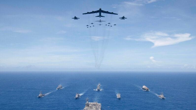 '밸리언트 실드' 태평양 미 합동군 훈련에서 로널드레이건 항공모함 전단과 B-52 전략폭격기, F/A-18 전투기들이 필리핀해에서 이동하고 있다. 2018년 9월 | 미 국방부
