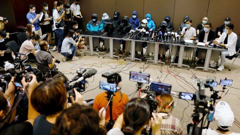 중국에 체포된 홍콩 민주화 활동가 12명의 가족이 12일 홍콩에서 기자회견을 열고 도움을 호소했다. | 로이터=연합뉴스