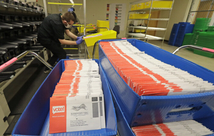 지난달 5일(현지시간) 워싱턴주 시애틀·킹카운티 선거사무소에서 직원이 우편투표 용지를 정리하고 있다. 시애틀 AP=연합뉴스