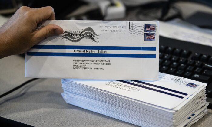 미국 펜실베이니아주 웨스트 체스터에서 우편투표 용지 발송 작업을 진행하고 있다.   AP=연합뉴스