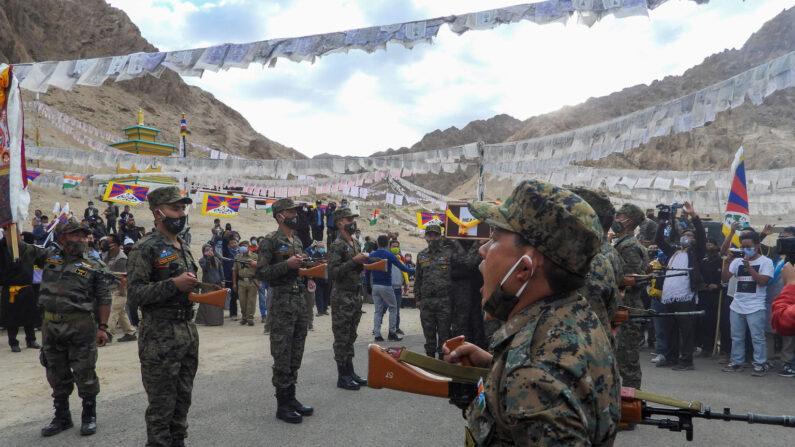 인도 군인들이 2020년 9월 7일 중공군과 국경분쟁으로 숨진 티베트 출신 특수부대 병사의 장례식에서 조의를 표하고 있다. | AFP=연합뉴스