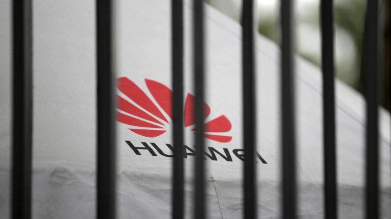 중국 광둥성 선전에 있는 통신장비기업 화웨이 본사 담장 안으로 화웨이의 로고가 보인다. 선전   로이터=연합뉴스