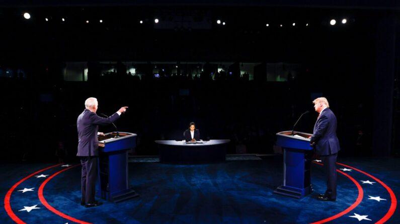 미국 대선 공화당 후보 도널드 트럼프 대통령과 민주당 후보 조 바이든 전 부통령이 22일(현지시각) 테네시주 내슈빌의 벨몬트대에서 마지막 TV토론에서 논쟁하고 있다. | JIM BOURG/POOL/AFP via Getty Images=연합뉴스