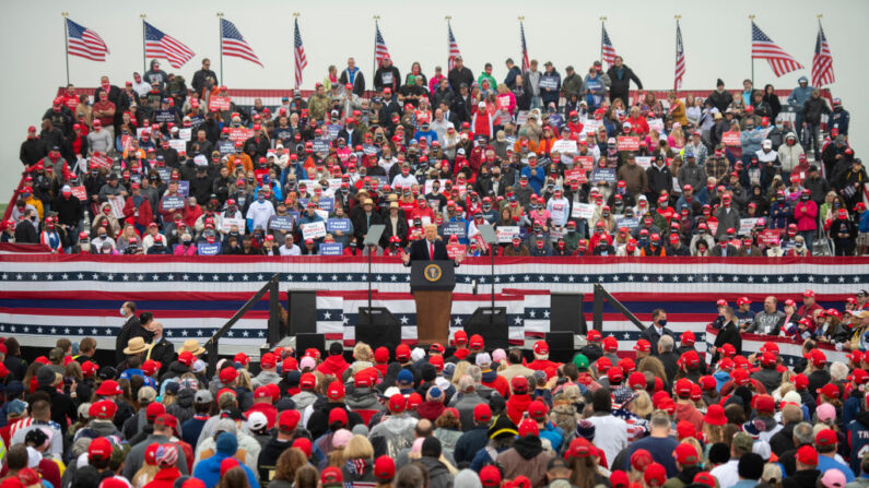 지난 10월 26일(현지시각) 미국 공화당 대선후보 도널드 트럼프 대통령이 경합주인 펜실베이니아의 인구 약 9400명 소도시 리티즈에서 연설하고 있다. 선거를 약 일주일여 남긴 트럼프는 이날 펜실베이니아주에서 3곳을 돌며 지지를 호소했다. 트럼프는 2016년 대선 당시 약 600만 유권자가 몰린 펜실베이니아에서 민주당 힐러리 클린턴 민주당 후보를 약 4만4천표차 (0.7%포인트) 차이로 이겼다. | Mark Makela/Getty Images