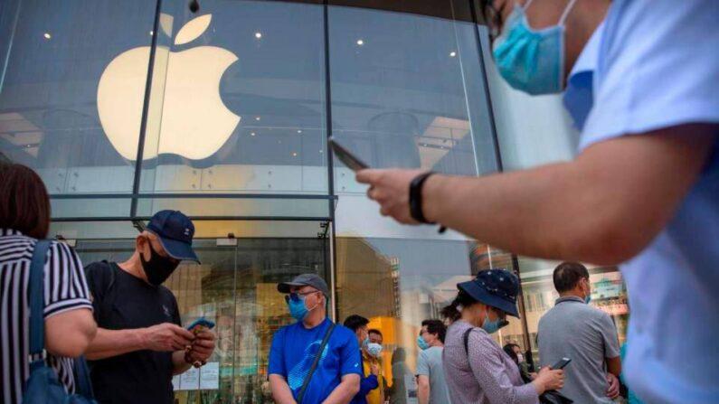 지난 6월 6일(현지 시각) 마스크를 착용한 채 베이징 애플 매장 앞을 오가는 중국인들 | AP=연합뉴스