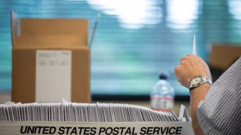 부재자 투표소 직원들이 2020년 9월 4일 미국 샬롯의 메클렌부르크 카운티 선거관리위원회 사무실에서 투표용지를 채우고 있다. | AFP=연합뉴스