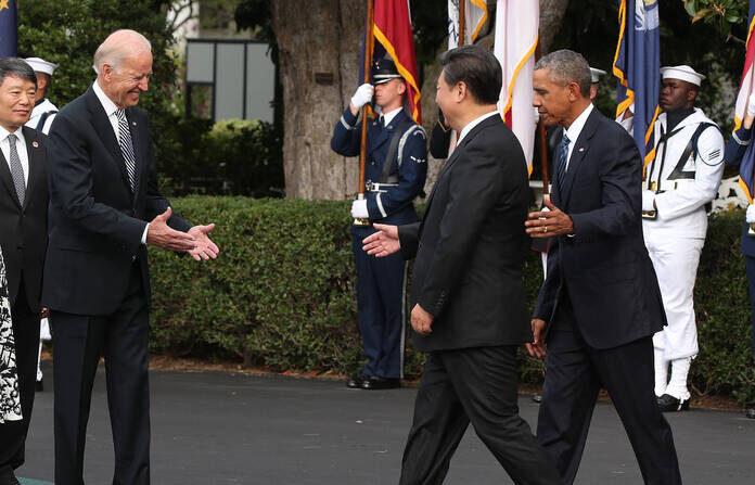 지난 2015년 9월 25일 미국 워싱턴 DC 백악관에서 조 바이든 당시 부통령이 버락 오바마 당시 대통령의 안내를 받아 이동하는 시진핑 중국 국가주석을 향해 환영의 악수를 위해 손을 뻗고 있다. | Mark Wilson/Getty Images