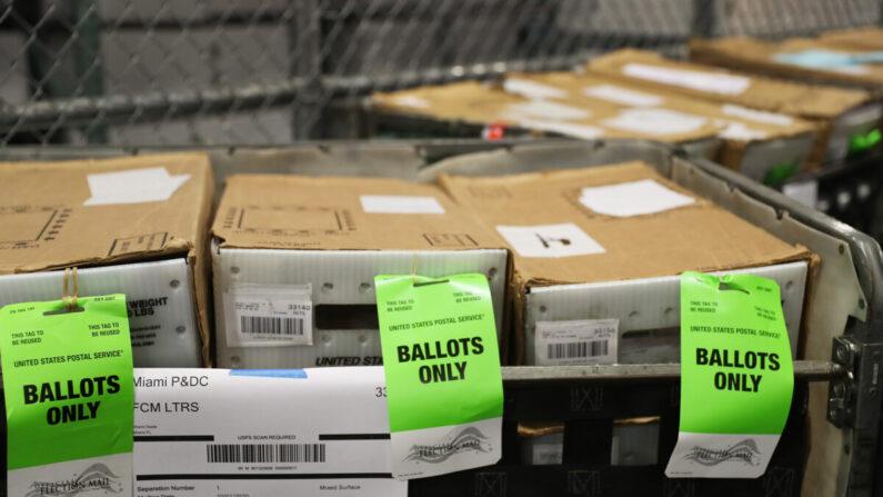 미국 플로리다의 한 우체국에 발송 대기 중인 우편투표 용지들 | Joe Raedle/Getty Images