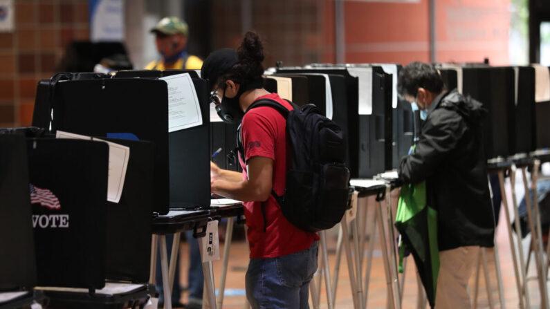 지난 10월 21일(현지 시각) 미국 플로리다주 마이애미의 한 사전투표소에서 기표하는 유권자들. 사전투표 기간은 내달 1일까지다. | Joe Raedle/Getty Images