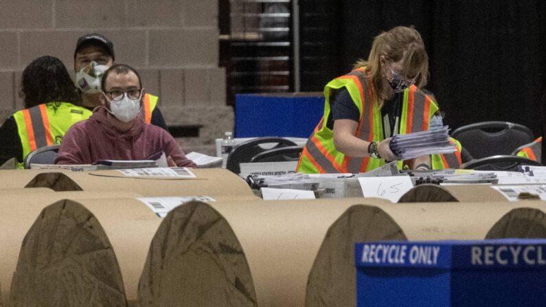 6일 미 펜실베이니아주 필라델피아 컨벤션 센터 개표소에서 선관위 직원들이 대선 투표지를 개표하고 있다.   AFP,연합