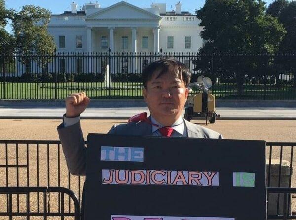민경욱 전 의원이 미국 백악관 앞에서 4.15 총선은 부정선거라며 시위하고 있다.   사진= 민경욱 페이스북