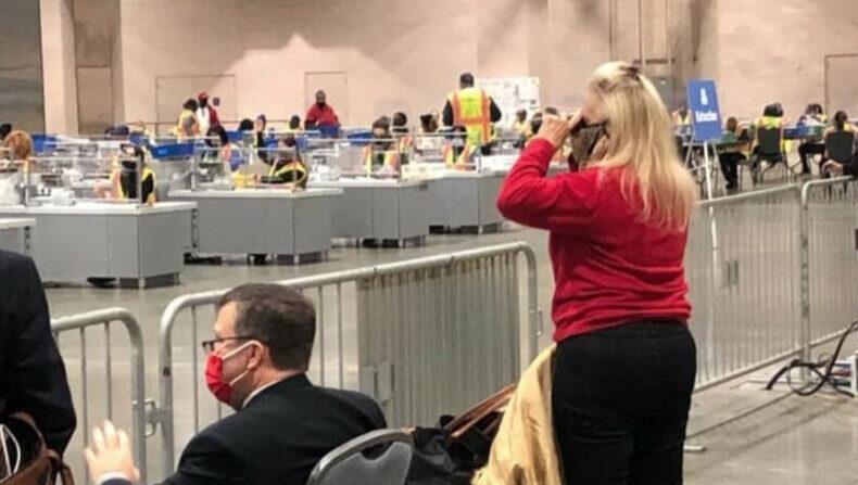 미국 펜실베이니아주 필라델피아의 '필라델피아 컨벤션센터'에 마련된 2020 대선 투표 개표소 참관 장면. 전염병 확산 예방을 이유로 100피트(30m) 거리로 밀려난 참관인들이 망원경으로 개표상황을 모니터링하고 있다. | 트위터 화면 캡처