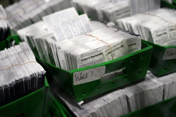 지난달 26일(현지시간) 미국 펜실베이니아주 필라델피아의 우편투표 분류·개표 센터에 우편투표 용지 더미가 쌓여 있다. | AP=연합뉴스