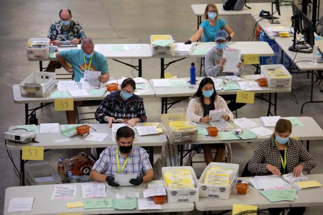 미국 대선을 하루 앞둔 2일(현지시간) 캘리포니아주 산타아나에 있는 오렌지카운티 유권자 등록센터에서 선거관리 요원들이 우편투표 용지 분류작업을 하고 있다. | 로이터=연합뉴스