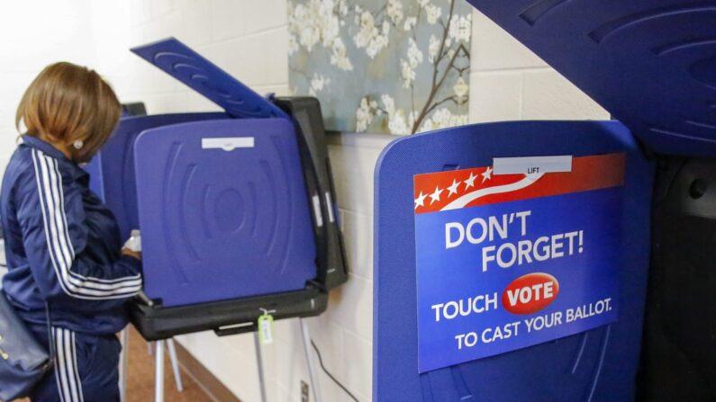 민주당 대선 경선에서 전자 투표 기계로 투표하는 미국 유권자 | EPA.연합뉴스