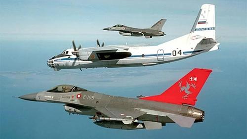 공중정찰 임무 수행하는 러시아 군용기(가운데). | 리아노보스티=연합뉴스