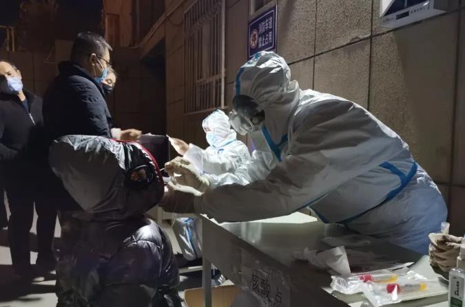 중국 신장(新疆)위구르자치구의 코로나19 검사 장면 | 중국중앙(CC)TV 캡처=연합뉴스
