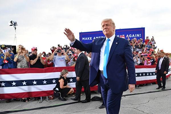 지지자들에게 손을 흔드는 도널드 트럼프 대통령 | MANDEL NGAN/AFP via Getty Images