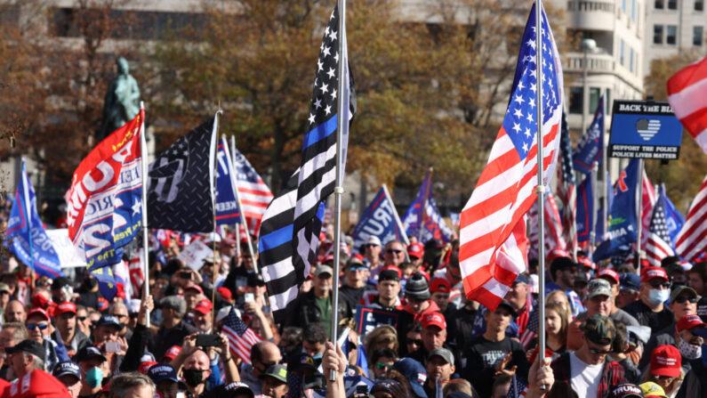 지난 14일(현지시각) 미국 수도 워싱턴DC 프리덤 플라자에 모인 사람들이 행진하고 있다. | Tasos Katopodis/Getty Images
