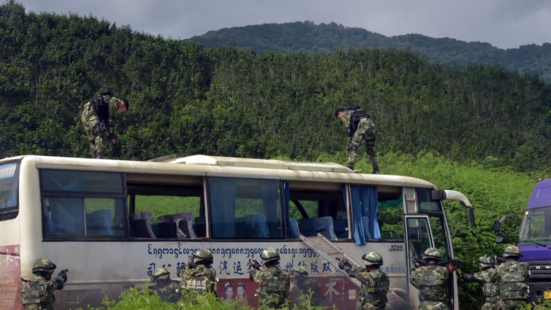 2016년 9월 13일 중국 윈난성 서남부 시솽반나에서 중공과 라오스 경찰의 합동 대테러 훈련이 진행됐다. 이날 10시부터 시작된 90분간의 훈련에는 양국 경찰관 280명이 참가했다.   Mur Photo via AFP·연합