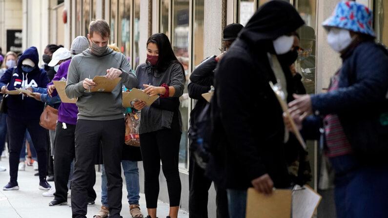 미 대선 앞두고 조기 투표하는 시카고 유권자들 | AP·연합