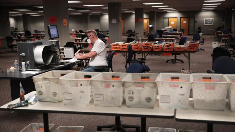 지난 11월 4일(현지 시각) 위스콘신 주 밀워키에서 선거 사무원들이 부재자 투표 개표작업 중이다. | Scott Olson/Getty Images
