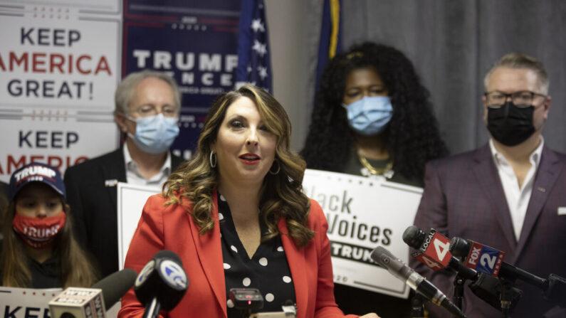 로나 맥대니얼 공화당 전국위원회 의장이 지난 6일 미시간주 블룸필드힐스에서 열린 '트럼프 승리 기자회견'에서 발언하고 있다. | Elaine Cromie/Getty Images