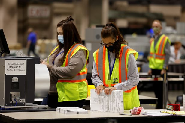 3일(현지 시각) 펜실베이니아주 필라델피아에서 선거관리원들이 개표 작업을 하고 있다.| 로이터 연합뉴스
