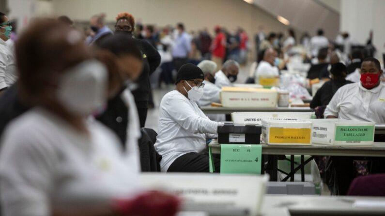 2020년 11월 4일, 미시간 주 디트로이트의 TCF 센터 내 중앙개표소에서 선거 사무원이 부재자 투표를 분류하고 있다. | Elaine Cromie/Getty Images
