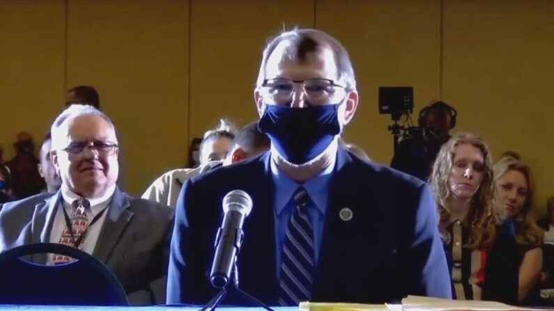 은퇴한 미 육군 대령 필 월드론이 지난 25일(현지 시각) 미국 펜실베이니아주 게티즈버그에서 열린 주 공화당 상원 청문회에서 증언하고 있다. | 화면 캡처