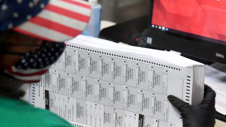 지난 2020년 11월 7일(현지 시각) 미국 라스베이거스 북부 클라크 카운티 선거부에서 선거 사무원이 투표용지를 스캔하고 있다. | Ethan Miller/Getty Images