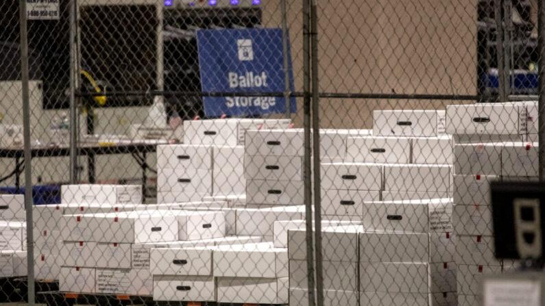 개표된 투표용지를 담은 상자들이 펜실베이니아주 필라델피아에 있는 필라델피아 컨벤션센터 내 투표지 보관 구역에 놓여 있다. 2020년11월6일 | Chris McGrath/Getty Images